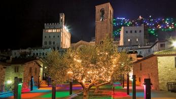 Albero di Natale nel centro storico di Gubbio